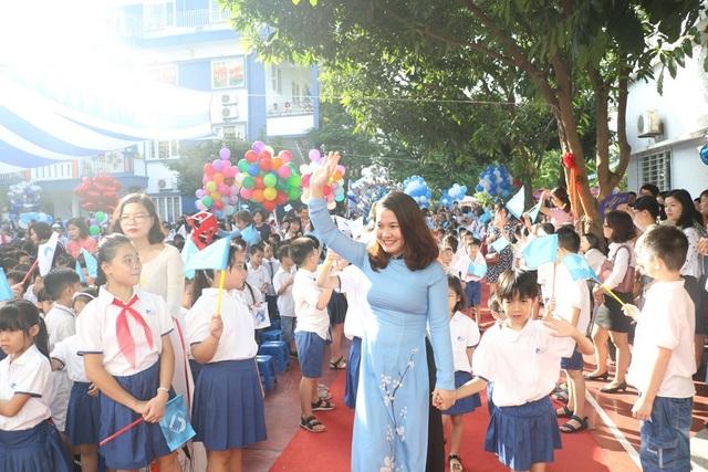...cùng chào đón các em học sinh lớp 1.