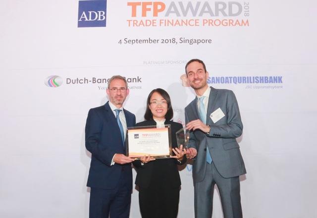 Bà Trương Thị Thu Ba, Phó Giám đốc Ban Định chế tài chính BIDV,đại diện BIDV nhận giải thưởng từ ADB.