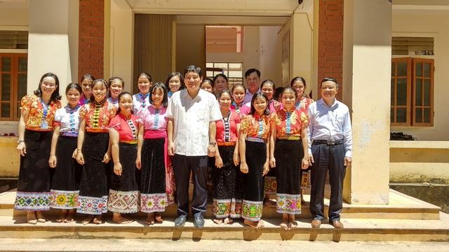 Ông Nguyễn Đắc Vinh chụp ảnh kỷ niệm với các thầy cô giáo và các em học sinh Trường PTDTNT THCS Tương Dương.