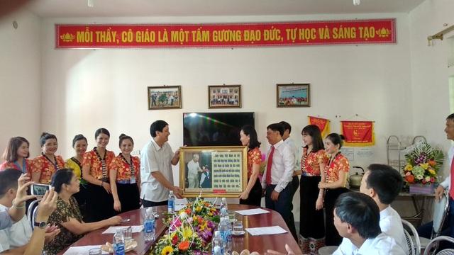Bí thư Tỉnh ủy Nguyễn Đắc Vinh trao tặng tranh và hoa chúc mừng năm học mới cho thầy và trò Trường PTDTNT THCS Tương Dương.