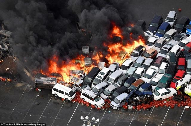Đám cháy lan rộng sau sự cố chập cháy. (Ảnh: Asahi)