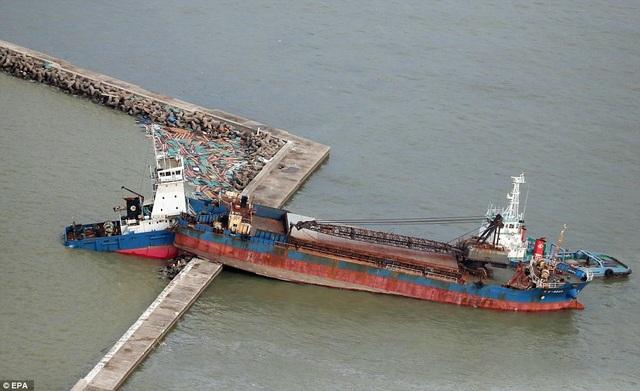 Gió mạnh khiến một tàu chở hàng va chạm và vỡ làm đôi. (Ảnh: EPA)
