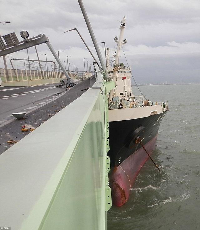 Một tàu dầu đâm vào cây cầu do gió thổi quá mạnh. (Ảnh: EPA)