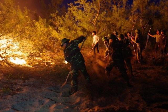 Do sức nóng lớn, vùng cháy lan rộng và nhanh nên các lực lượng chữa cháy phải tạo đường băng khống chế lửa