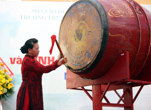Chủ tịch Quốc hội Nguyễn Thị Kim Ngân đánh trống khai giảng tại ngôi trường với bề dày 90 năm lịch sử.