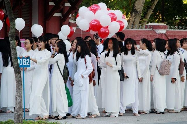 Nữ sinh trường THPT Hai Bà Trưng, TP Huế mặc áo dài trắng tinh khôi dự lễ khai giảng năm học 2018-2019 (ảnh: N.T)
