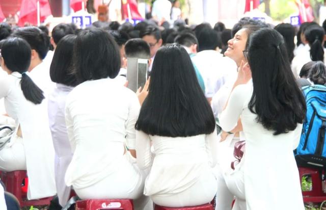 Tà áo dài và mái tóc thề là nét đẹp của nữ sinh xứ Huế (ảnh: Đại Dương)