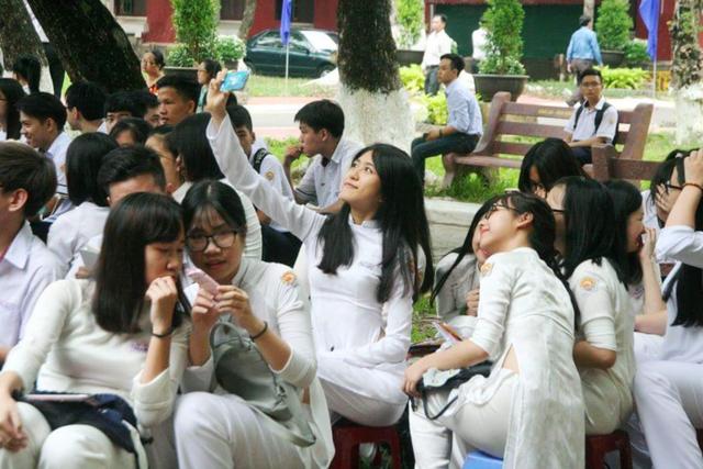 Nữ sinh trường THPT chuyên Quốc Học trong tà áo dài ngày khai trường.