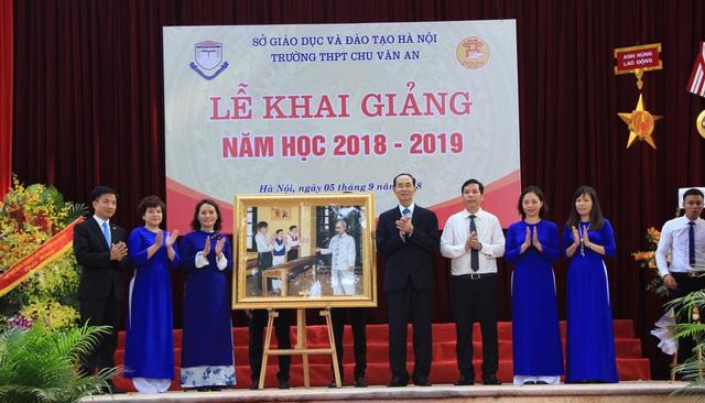 Chủ tịch nước tặng quà lưu niệm cho thầy và trò Trường THPT Chu Văn An.