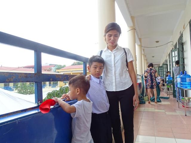 Chị Vũ Thị Hương dậy từ 5h30 sáng để chuẩn bị cho con đến trường khai giảng năm học mới