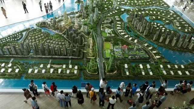 Khách hàng đang xem xét mô hình của dự án Forest Gardens ở Johor Bahru, Malaysia. (Nguồn: Reuters)
