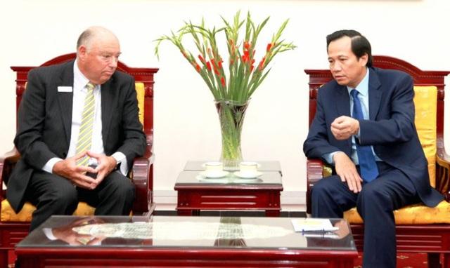 Bộ trưởng Đào Ngọc Dung trao đổi với đại diện Đoàn đại biểu Trung tâm dạy nghề quốc gia Úc. (Ảnh: Dũng Tuấn)