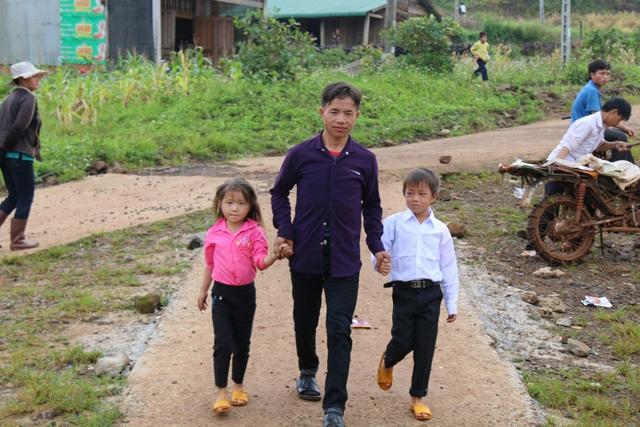 Lần đầu tiên, học sinh hai bản nghèo nhất Đắk nông được tổ chức lễ khai giảng trang trọng, ý nghĩa