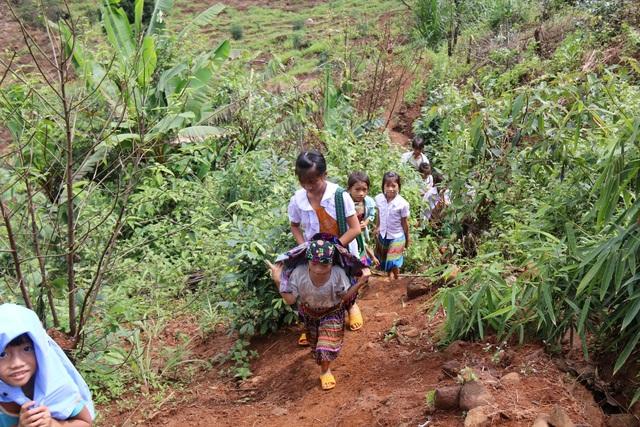 Học sinh đến trường ngày khai giảng