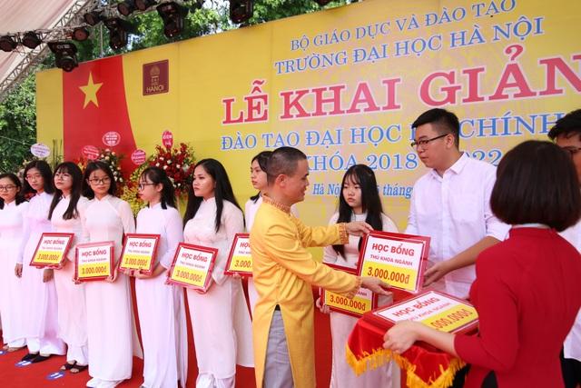 Hiệu trưởng trường ĐH Hà Nội trao học bổng cho các tân sinh viên xuất sắc năm học mới
