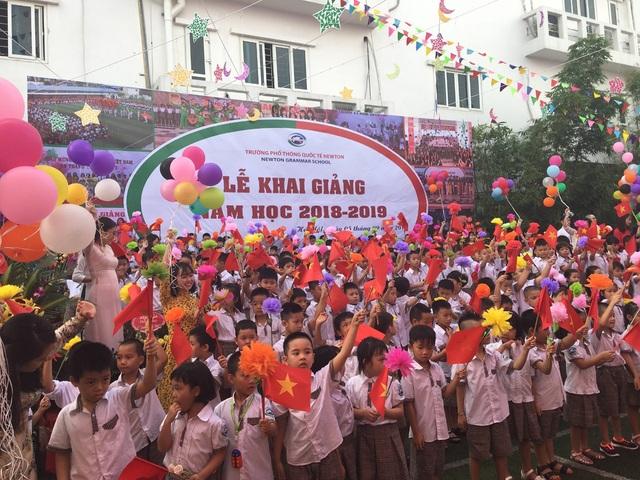 Các học sinh lớp 1 hân hoan ngày khai giảng tại Trường Phổ thông Quốc tế Newton, Hà Nội.