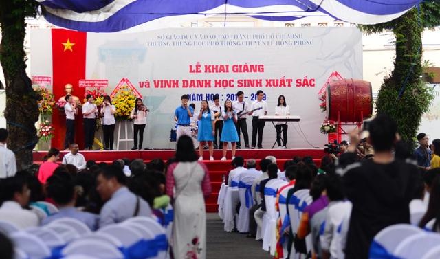 Chủ tịch Quốc hội Nguyễn Thị Kim Ngân đánh trống khai giảng tại TPHCM - 3