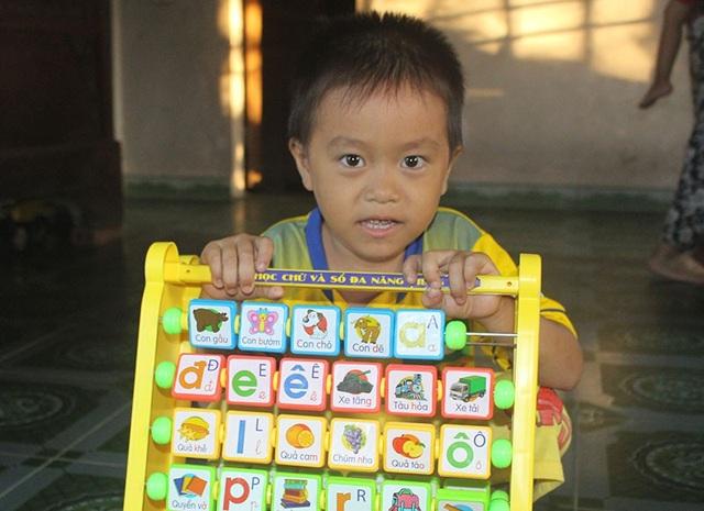 Những món quà ý nghĩa mang lại niềm vui, tiếp bước cho những đứa trẻ tới trường.