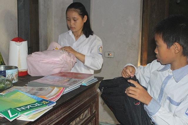 Chị em Thương sửa soạn từng tập sách mới mà các em được nhận từ các nhà hảo tâm trước giờ tới trường chào đón năm học mới.