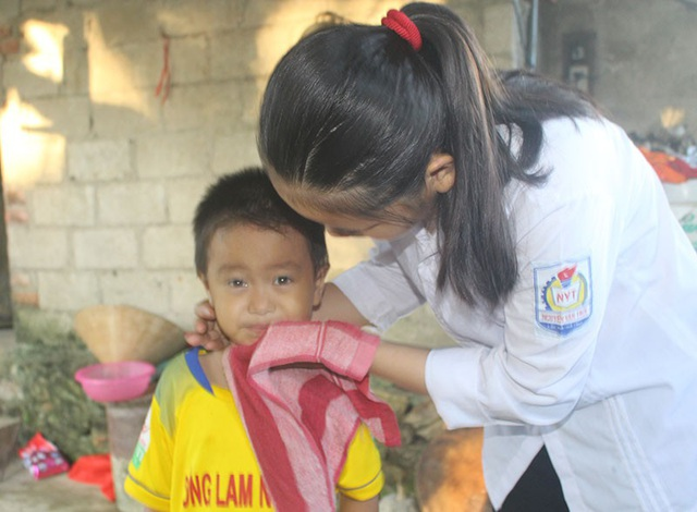 Là chị lớn, Thương dậy sớm sửa soạn cho các em nhỏ trước giờ tựu trường.