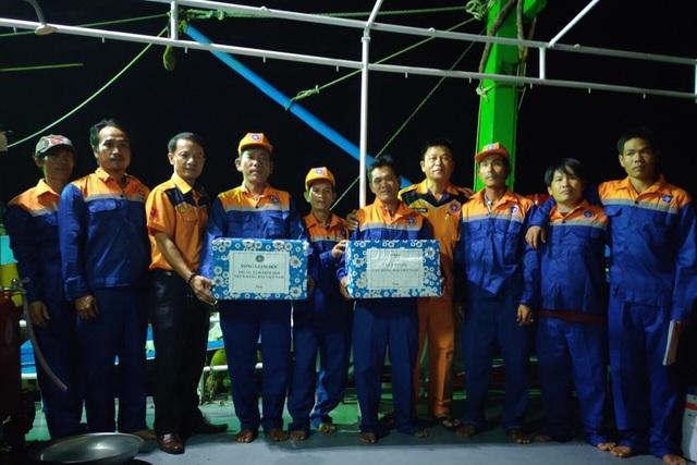 Lực lượng cứu nạn Nhatrang MRCC thăm hỏi, động viên các ngư dân Bình Định bị nạn