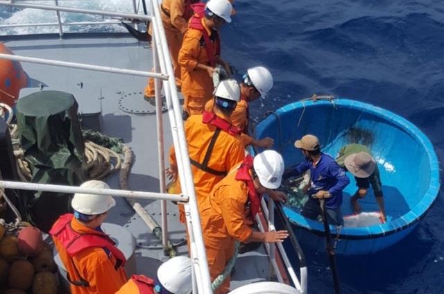 Lực lượng cứu nạn Nhatrang MRCC đang tiếp cận tàu cá Bình Định qua phương tiện trung gian thuyền thúng