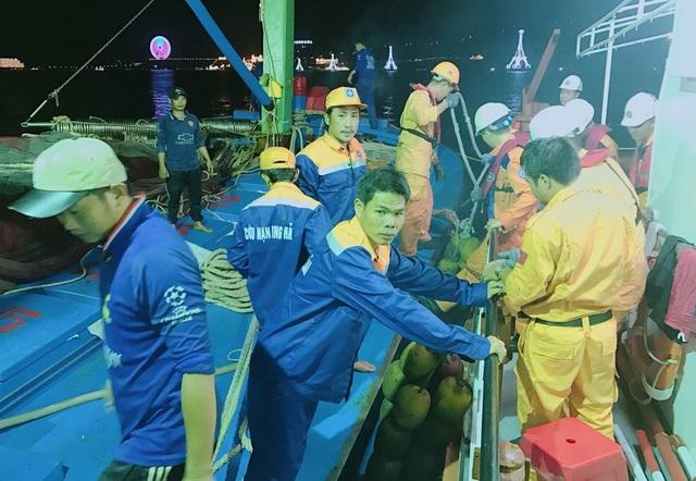 15 ngư dân Bình Định (áo xanh) giây phút về cảng Nha Trang an toàn, vào tối 5/9