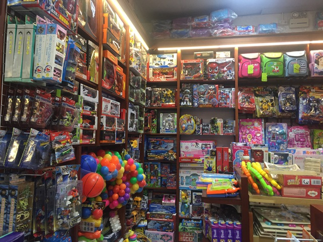 Các cửa hàng bán đồ chơi đang bắt đầu nhộn nhịp hơn vì cũng đã sắp đến trung thu