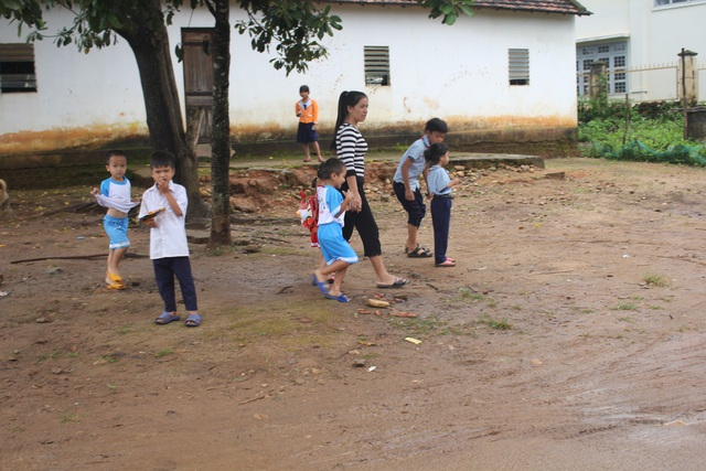 Phụ huynh vùng cao rộn ràng chuẩn bị đưa con đến trường tham dự lễ khai giảng