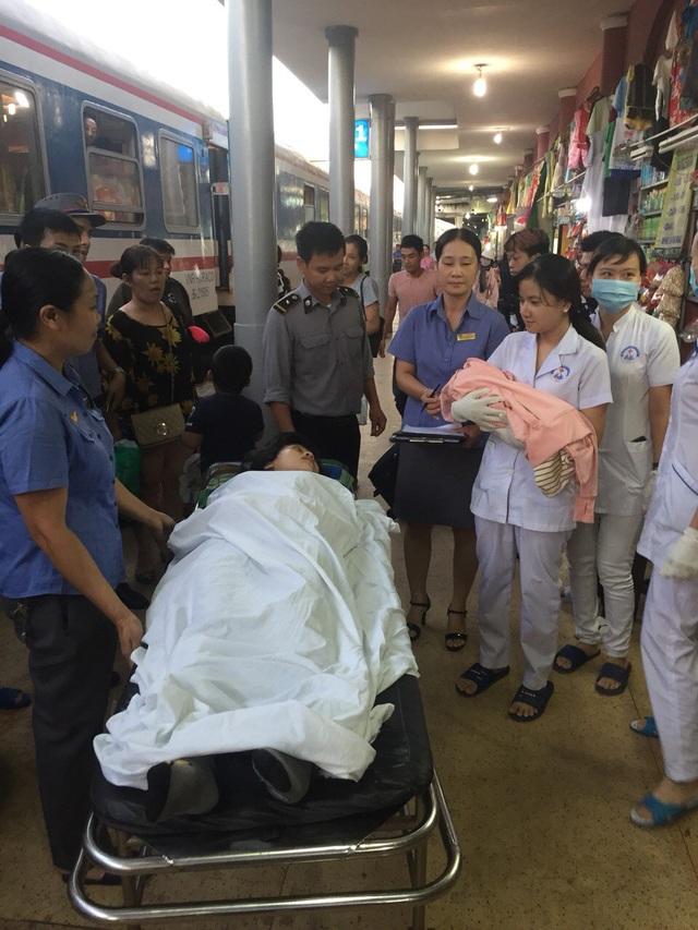 Mẹ con sản phụ được đưa xuống ga Huế tàu để chăm sóc y tế tốt hơn