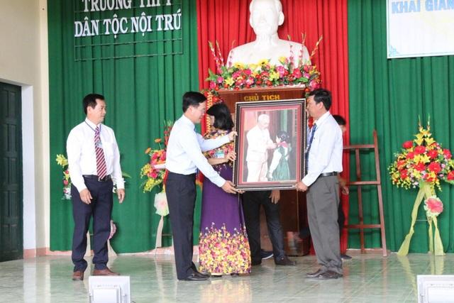 Trưởng Ban Tuyên giáo Trung ương Võ Văn Thưởng tặng tranh Bác Hồ với Thiếu nhi đến thầy trò nhà trường. (Ảnh: Xuân Hinh)