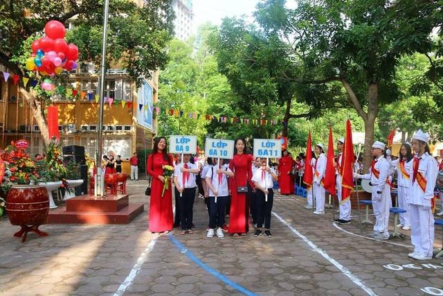 Cô trò trường THCS Nguyễn Trường Tộ (Hà Nội) hân hoan trong ngày khai giảng.