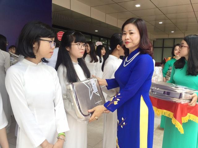 Bà Nguyễn Thị Tuyến đại diện trao cặp sách cho các nữ sinh lớp 9 trường THCS Thanh Xuân để động viên tinh thần các em bước vào năm học mới.