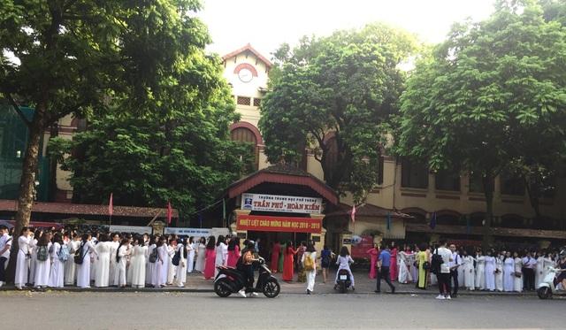 Học sinh khối lớp 10 trường THPT Trần Phú, Hà Nội xếp hàng trước cổng trường trước lễ diễu hành chào đón năm học mới, gia nhập ngôi trường mới. (Ảnh: Mai Châm)