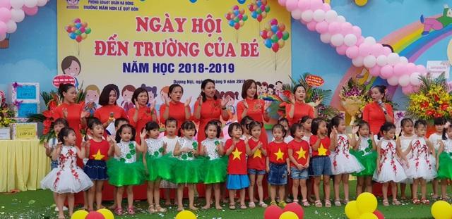 Cô trò trường Mầm non Lê Quý Đôn (quận Hà Đông, Hà Nội) hân hoan chào đón năm học mới. (Ảnh: Tiến Nguyên)