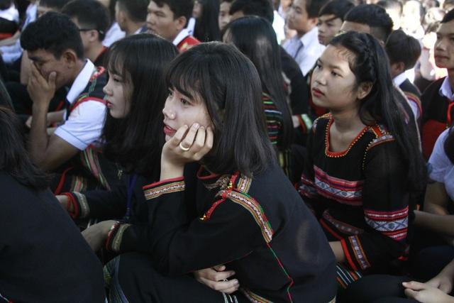 Chăm chú theo dõi buổi Lễ khai trường