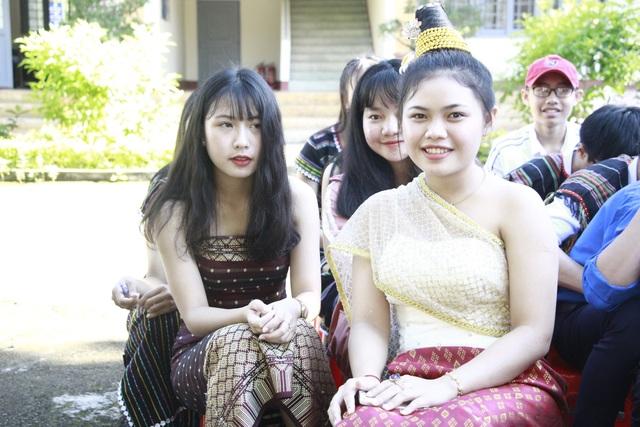 Các nữ sinh các dân tộc xinh đẹp, rạng rỡ