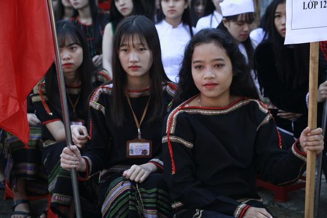 Nữ sinh dân tộc Ê đê rạng rỡ trong trang phục truyền thống