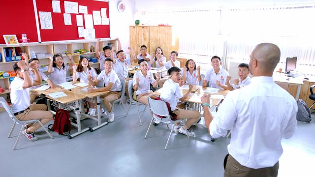 Môi trường học tập – làm việc theo nhóm của các bạn học sinh iSchool (Nguồn: Ảnh cắt từ MV Mỗi ngày học mỗi ngày vui)