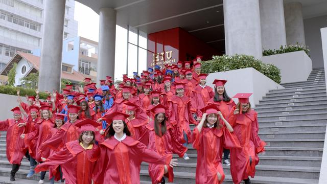 Hình ảnh những sinh viên HIU tốt nghiệp cùng ùa ra đón chào tương lai tươi sáng mang lại niềm vui và tinh thần tươi mới cho MV (Nguồn: Ảnh cắt từ MV Mỗi ngày học mỗi ngày vui)