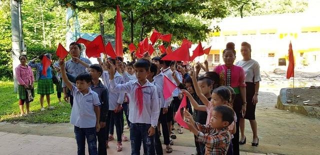 Áo trắng, khăn quàng đỏ, các em học sinh Trường PTDTBT THCS Tà Hộc tươi vui vẫy cờ chào năm học mới
