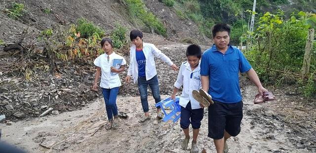 Lấm lem bùn đất nhưng các em học sinh vẫn vui tươi trong bộ áo trắng ngày đến trường