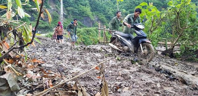 Phụ huynh ở các bản xa chở con đi từ sáng sớm kịp giờ khai giảng, vất vả vượt qua những đoạn đường bùn lầy trơn trượt sau mưa lũ