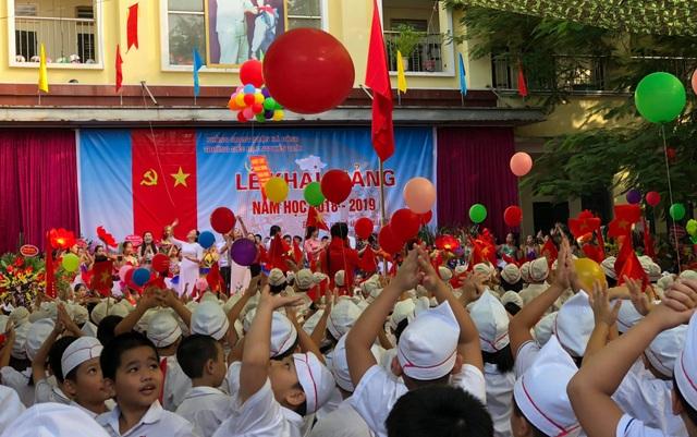 Học sinh Trường tiểu học Nguyễn Trãi - Hà Đông - Hà Nội trong thả bóng trong Lễ khai giảng
