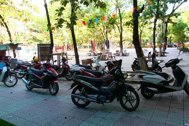 Xe các thầy cô giáo để lại sân trường tiểu học Quang Trung để mọi người lên xe ô tô về biển Cảnh Dương nghỉ mát sau lễ khai giảng trong khi hôm nay vẫn là ngày đầu tuần