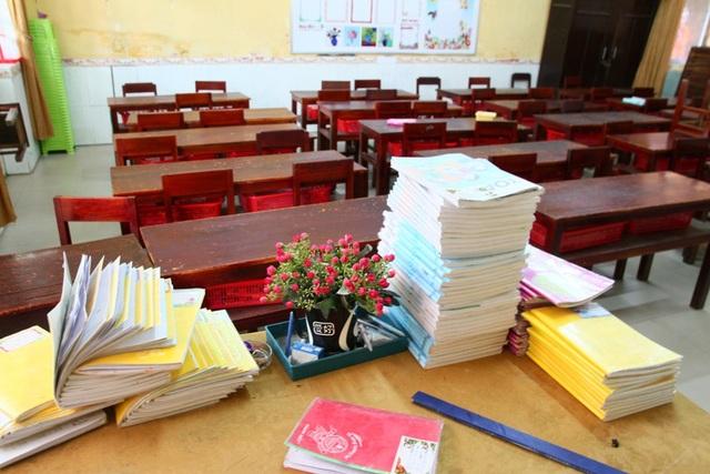 Vở sách ngổn ngang trên bàn giáo viên