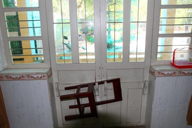 1 phòng học được cài cửa với khóa là chiếc ghế học sinh rất độc đáo