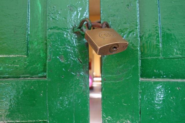 Cửa khóa khắp nơi