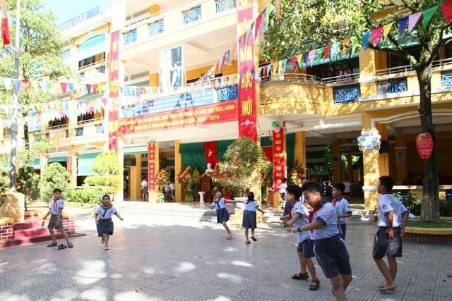 Tại Trường tiểu học Vĩnh Ninh cách đó chừng hơn 1 cây số thì việc học vẫn diễn ra bình thường. Trong ảnh: Các học sinh trong giờ ra chơi vui vẻ với không khí buổi học sau lễ khai giảng.