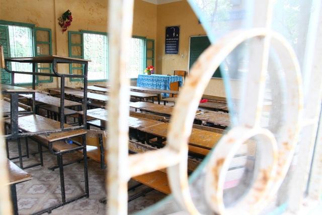 Bàn ghế trong 1 lớp học ngổn ngang